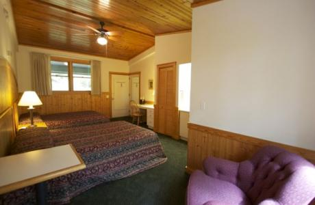 Kohnjoy rooms feature double beds and private bathrooms.