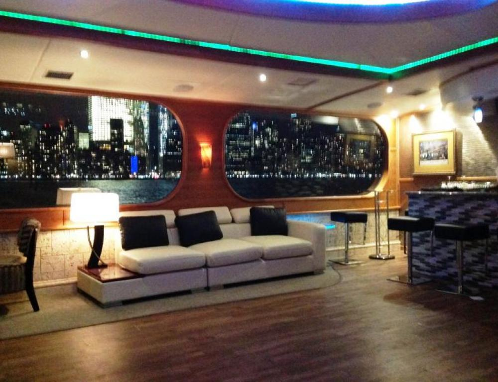 Cocktail Lounge with cool metropolitan vibe & panoramic windows on the Hudson