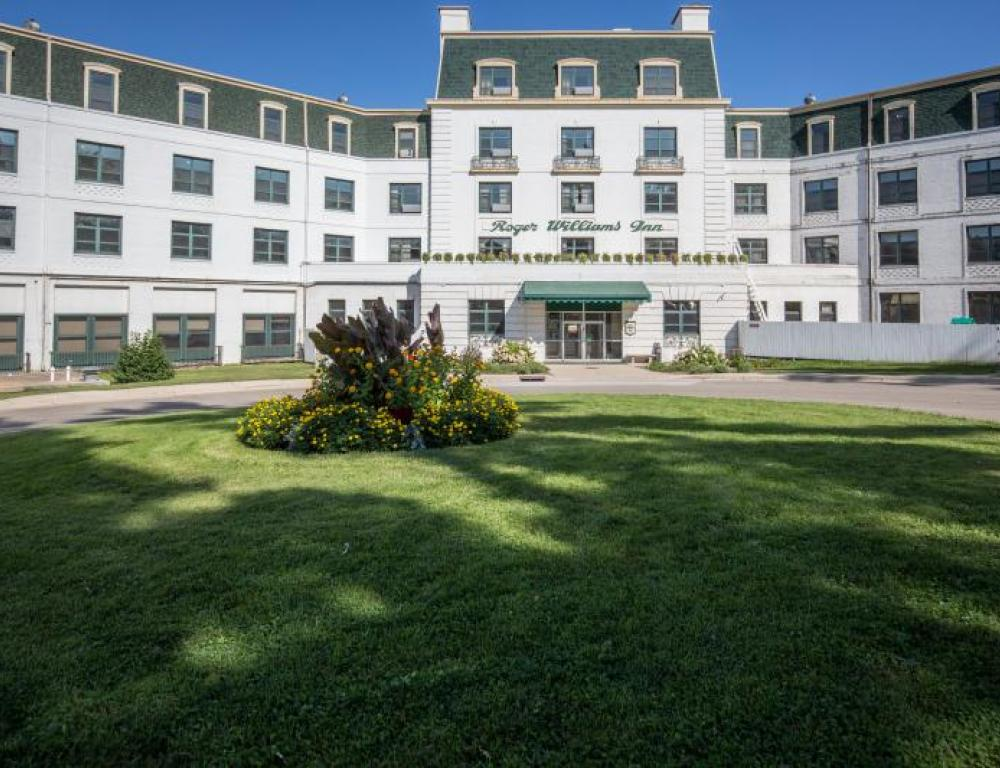 300 hotel rooms include the lakeside Roger Williams Inn